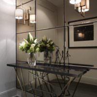 Крупноформатная зеркальная плитка на стене прихожей
