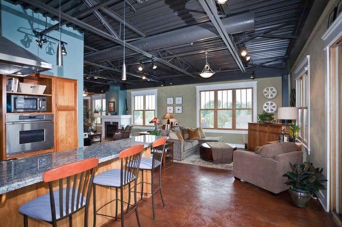 Просторная гостиная с железными балками на потолке