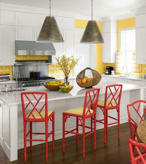 Красные барные стулья в дизайне кухни