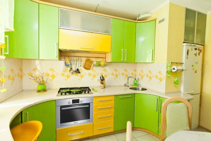 Кухонный гарнитур с желто-зелеными фасадами