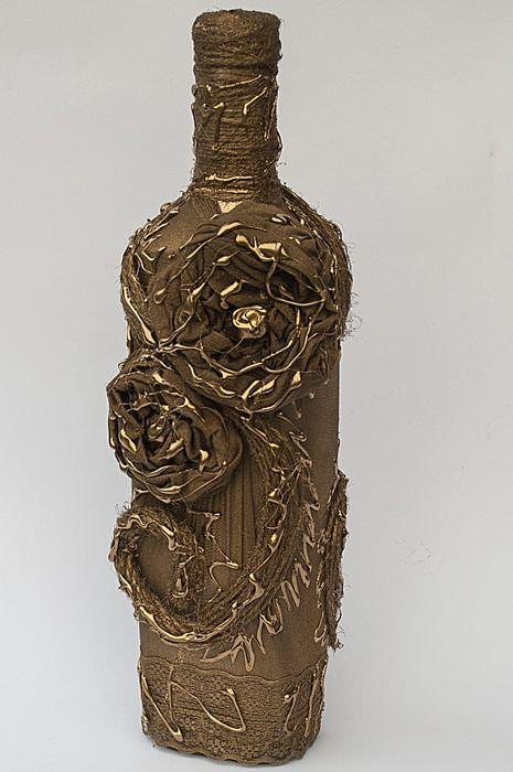 Золотистая бутылка с цветками из колготок
