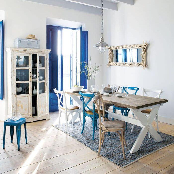 Обеденный стол на коврике в столовой греческого стиля
