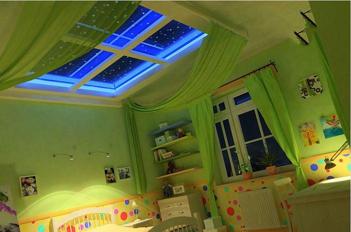 Ночное небо со звездами в ложном окне на потолке детской комнаты