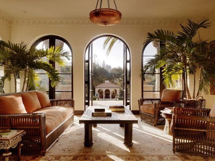 Гостиная с арочными окнами в колониальном стиле