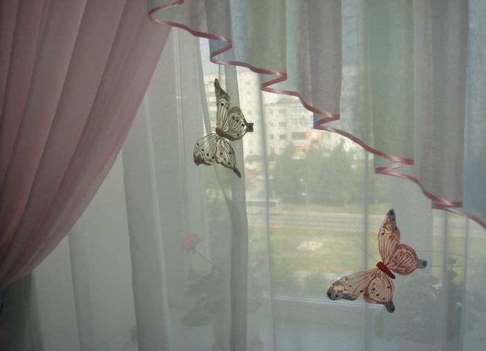 Декоративные бабочки на занавесках в спальне девушки