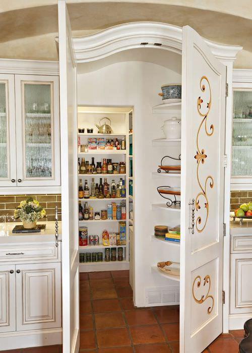 Белые двери с филенками в кладовую комнату