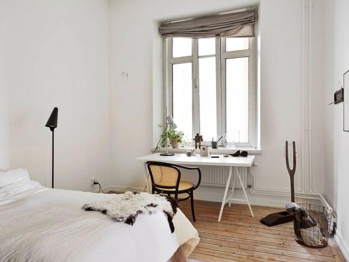 Белые трубы отопления в спальне скандинавского стиля