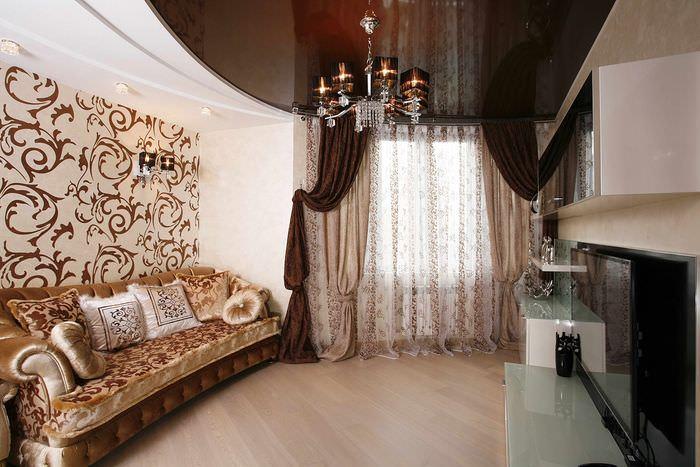 Коричневый потолок в интерьере гостиной