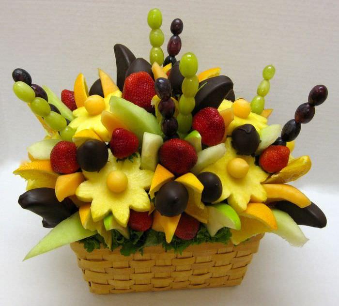 Букет из фруктов в плетенной корзинке своими руками