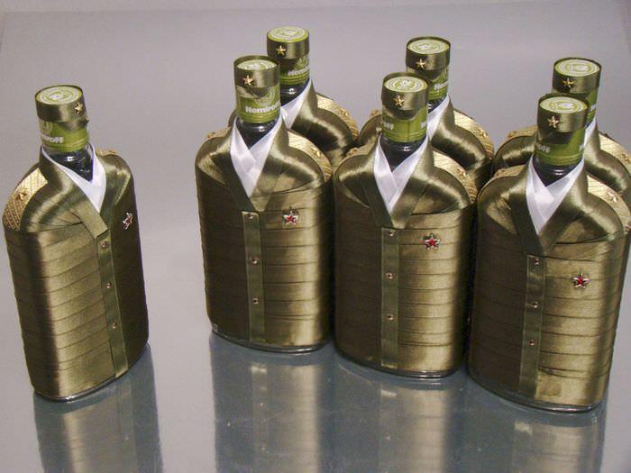 Коньячные бутылки в кителях из атласных лент