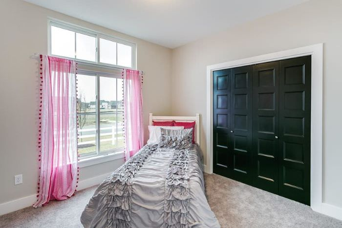 Розовые занавески в спальне с бежевым полом