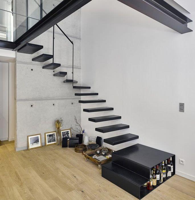 Черная лестница без перил в квартире стиля минимализма