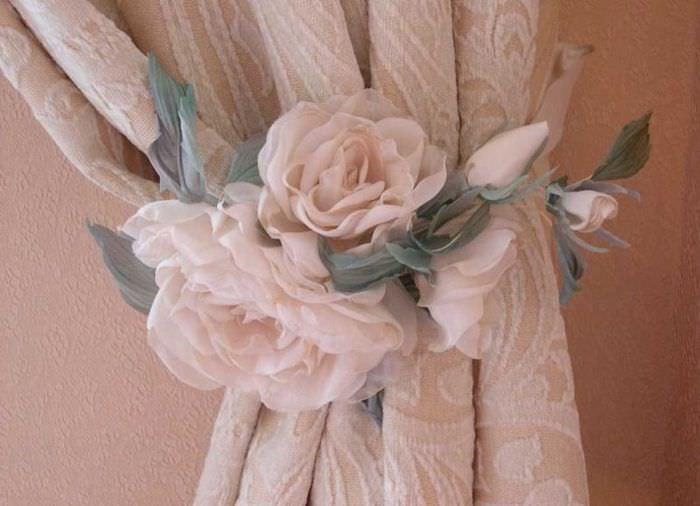 Красивая роза на подхвате для шторы