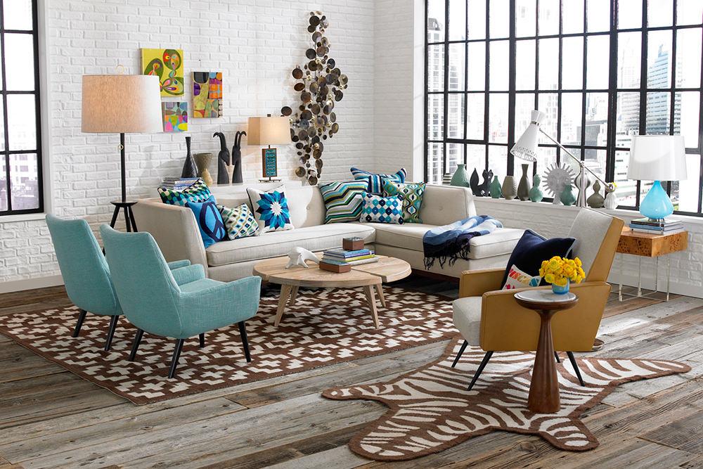 Украшение интерьера гостиной разноцветными подушками
