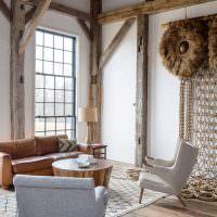 Интерьер гостиной с деревянными стойками