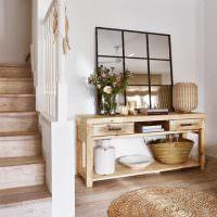 Вязаный коврик на полу перед лестницей