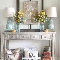 Винтажный столик в комнате стильной девушки