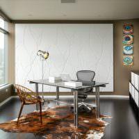 Белое панно во всю стену кухни-столовой