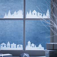 Декорирование окон бумажными домами
