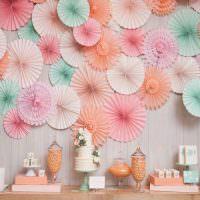 Объемные круги из цветной бумаги на стене в гостиной