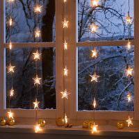 Гирлянда из звездочек на вечернем окне