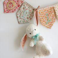 Белый заяц на праздничной гирлянде