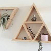 Треугольные полки из дощечек на белой стене