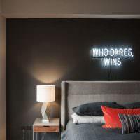 Неоновая надпись в интерьере спальни