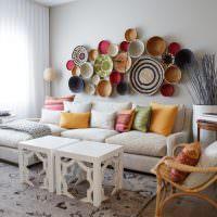Декоративные тарелки над диваном в гостиной