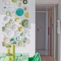 Цветные тарелки на белой стене