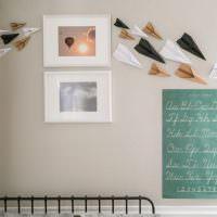 Декор стены бумажными самолетиками