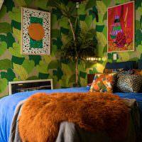 Яркие картины на пестрой стене спальни