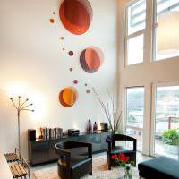 оригинальный декор белой стены гостиной