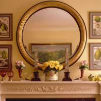Круглое зеркало на портале камина
