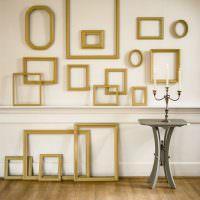 Украшение стены золотистыми рамками