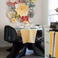 Цветы из ткани над обеденным столом