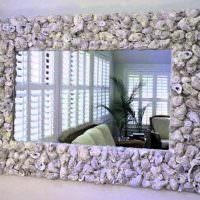 Декор зеркальной рамки речными ракушками