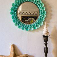 Круглое зеркало с рамкой из ракушек