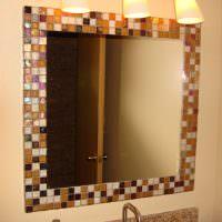 Мозаичная плитка на раме зеркала