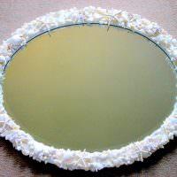 Овальное зеркало в оправе из мелких ракушек