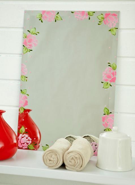 Декорирование зеркала с помощью трафаретной росписи