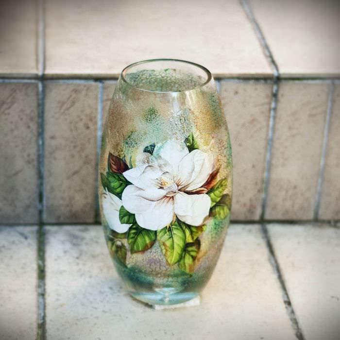 Стеклянная ваза с красивым цветком