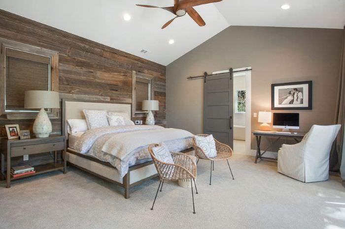 Белый потолок в спальне со светлым напольным покрытием