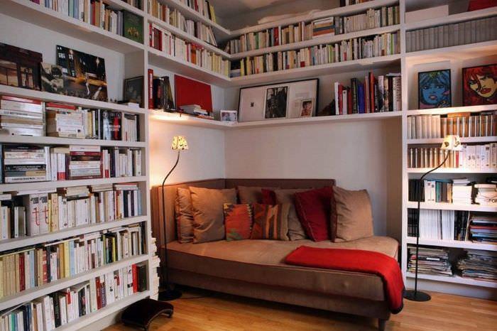 Уютное место для чтения книг в домашней библиотеке