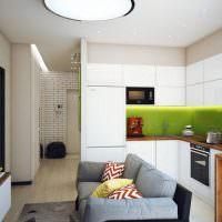 Зеленый кухонный фартук и белый гарнитур