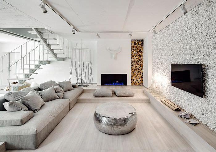 Интерьер квартиры-студии в белом цвете с имитацией камина