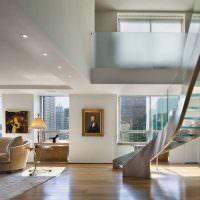 Красивая лестница со стеклянными ступенями