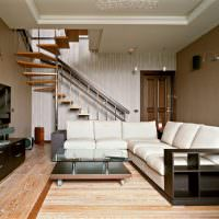 Угловой диван с белыми подушками