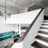 Бирюзовый диван в белой комнате