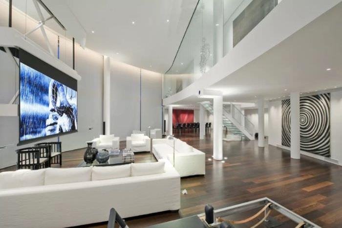 Большая телевизионная панель на первом этаже двухуровневой квартиры